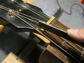 Gibson B-25、ナット調整