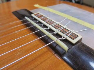 クラシックギター、サドル