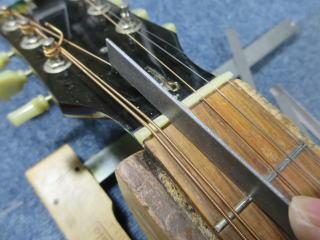 Gibson J-45、ナット調整
