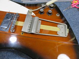 Gibson Firebird、板バネ取り付け